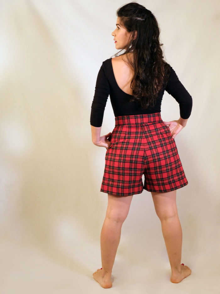 Labelalyce short taille haute ecossais rouge rock rétro pinup style viking assise